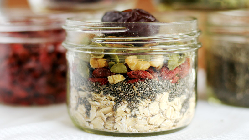 Batch breakfast in 10 minutes: Vegan overnight oats your way