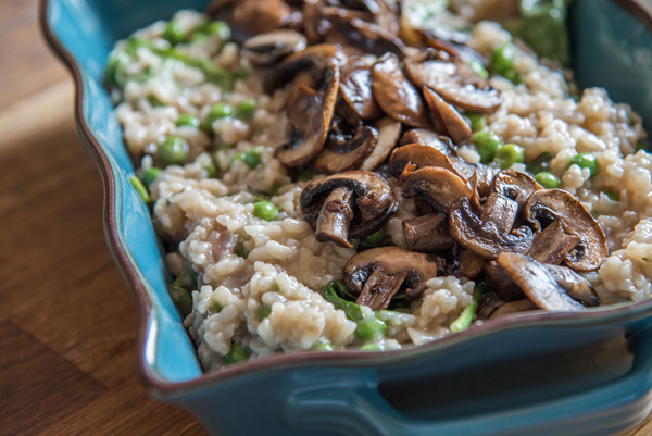 Vegan risotto in the oven: Lazy pea risotto with mushrooms (or other favorite veggies)