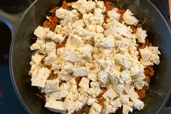 Tofu crumbled into the pan - How to make tofu scramble with basic recipe